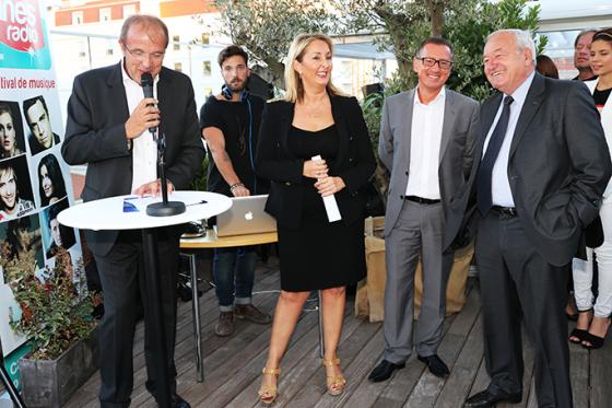 L'équipe Cannes Radio dont Philippe Muller à côté de Monsieur le Maire Bernard Brochand